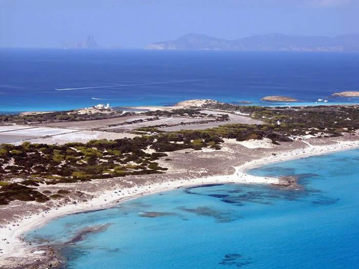 Formentera campagne per promuovere i mesi di maggio e ottobre travelquotidiano - Formentera maggio bagno ...