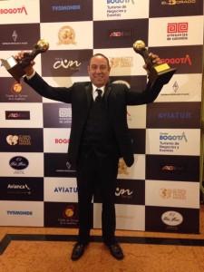 Einer Gomez mostra orgoglioso i due World Travel Awards 2015 assegnati al suo Belize