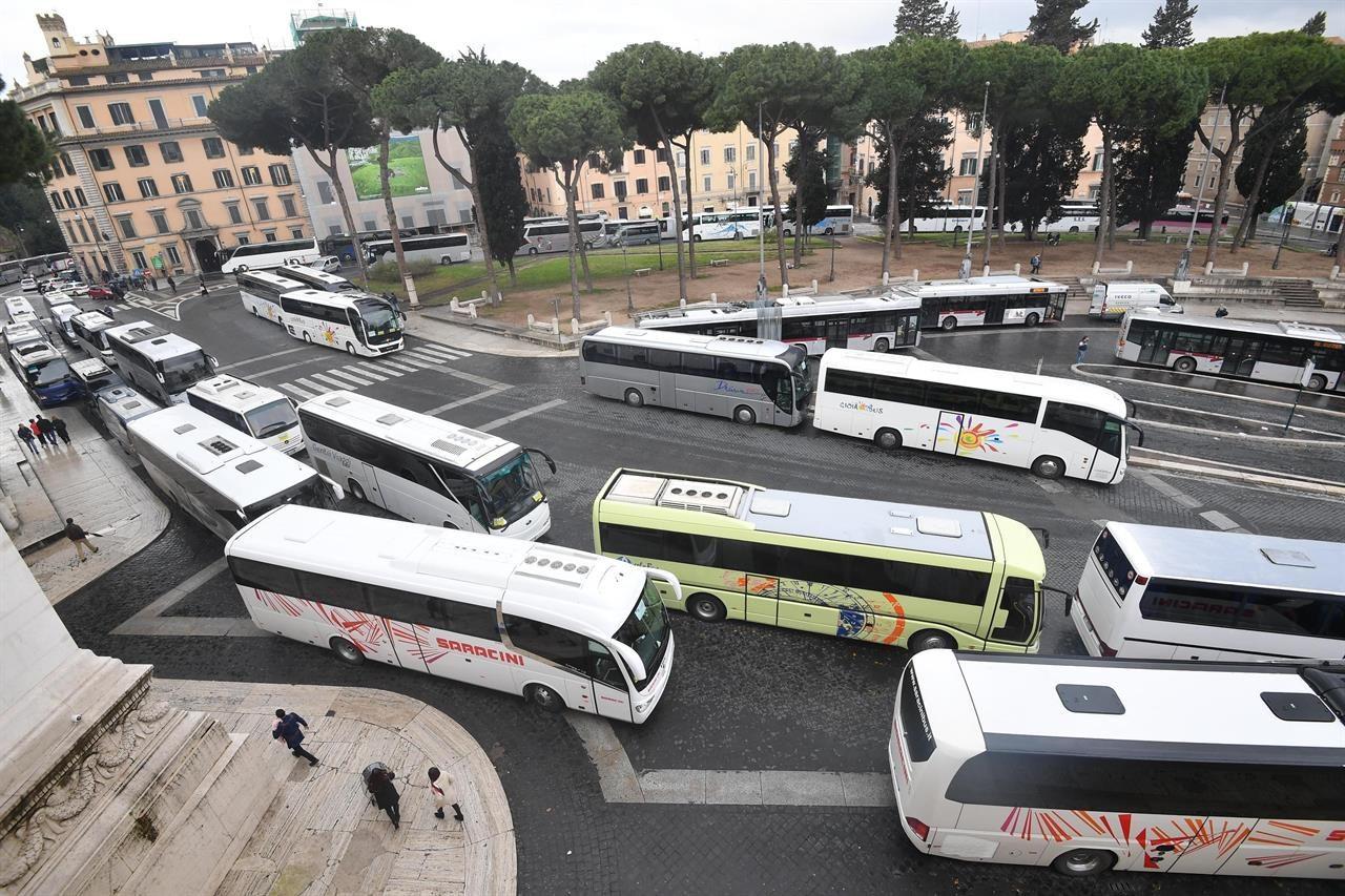 I bus turistici bloccano il centro di Roma per protesta