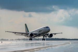 Alitalia estende i voli Milano-Roma con screening anti-Covid