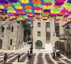 A Gerusalemme mille ombrelli colorati