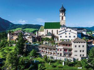 Wellness Hotel Turm: l'ospitalità diffusa in un gioiello architettonico di fronte allo Sciliar