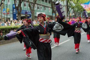 Tokyo celebra la stagione dei festival tra danze e fuochi d'artificio