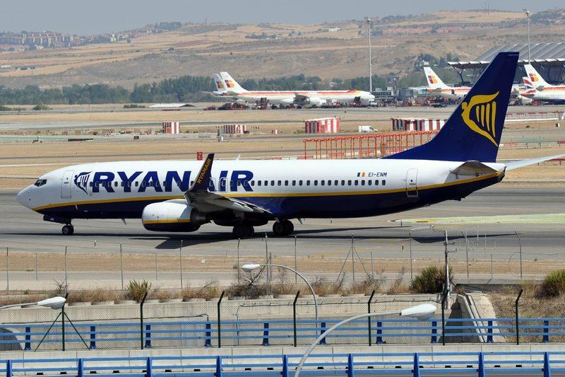 Ryanair: licenziati piloti e assistenti di volo in Olanda. Protesta dei sindacati