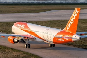 easyJet cerca 1.200 assistenti di volo: al via le selezioni