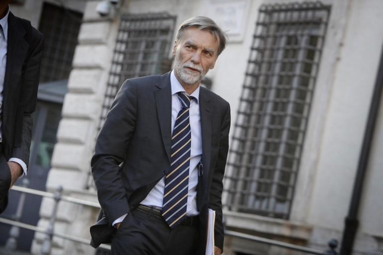 Il ministro Del Rio: «Azioni Alitalia ai dipendenti»