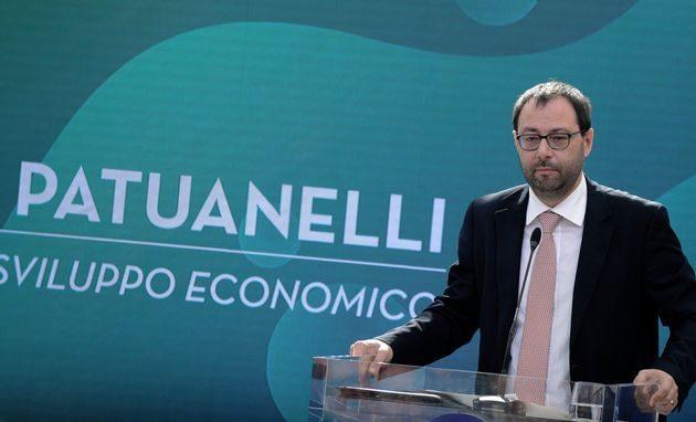 Patuanelli: «Closing Alitalia impossibile entro il 31 maggio»