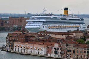 Le compagnie Clia limitano le grandi navi, crocieristi in calo a Venezia