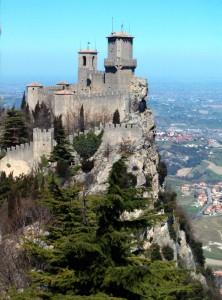 San Marino, la città si illumina di rosa a 100 giorni dal Giro d'Italia