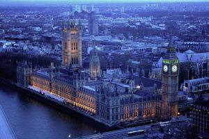Il governo britannico: sospendere tutti i viaggi programmati