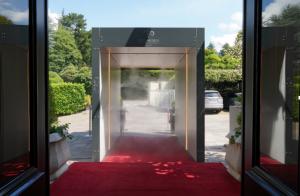 Un tunnel per la disinfezione per l'ingresso in albergo. A Merano la Rubner-Asepta a Villa Eden