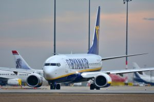 Ryanair, operativo invernale ridotto a causa delle ulteriori restrizioni. Chiuse alcune basi