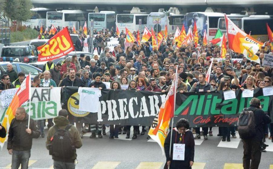Dipendenti di Alitalia sfilano in corteo fino a Montecitorio