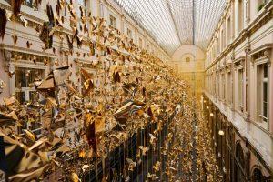 """Bruxelles si illumina con gli """"Origami for Life"""": un volo metaforico di 50.000 colombe"""