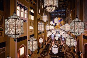 Dubai e il Ramadan: fra installazioni scenografiche, solidarietà e tradizioni culturali