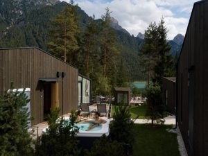 Camping Toblacher See, al via la stagione negli Skyview Chalets tra natura e futurismo