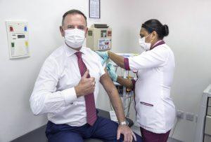 Etihad Airways: vaccino gratuito per i dipendenti. Inizia il ceo, Tony Douglas