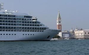 Dal primo agosto le grandi navi non entreranno più a Venezia.