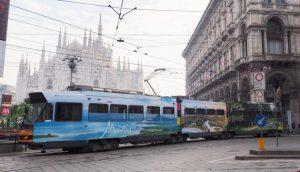 Mauritius colora i tram di Milano con spiagge bianche e giardini fioriti